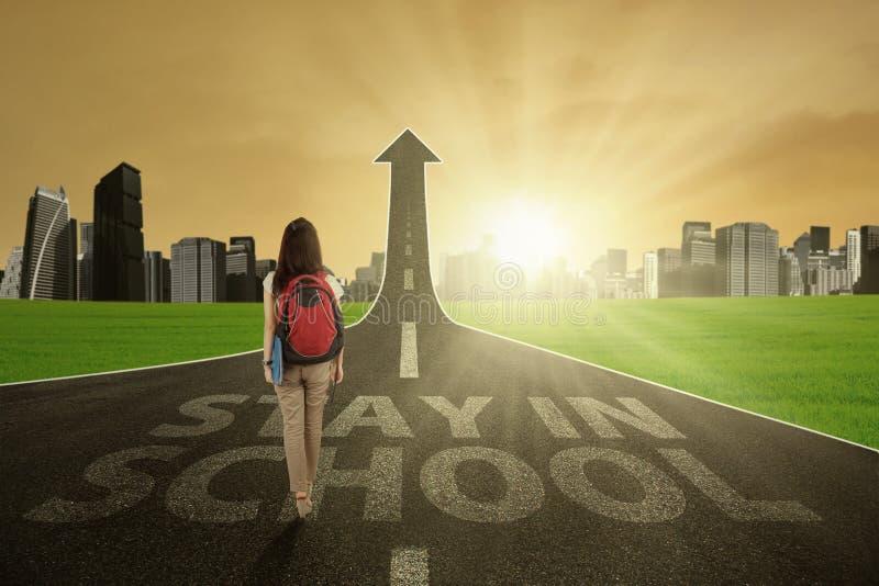 De leerling gaat om in school te blijven door stock fotografie