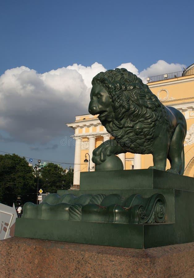 De leeuw van het brons in Petersburg royalty-vrije stock foto's