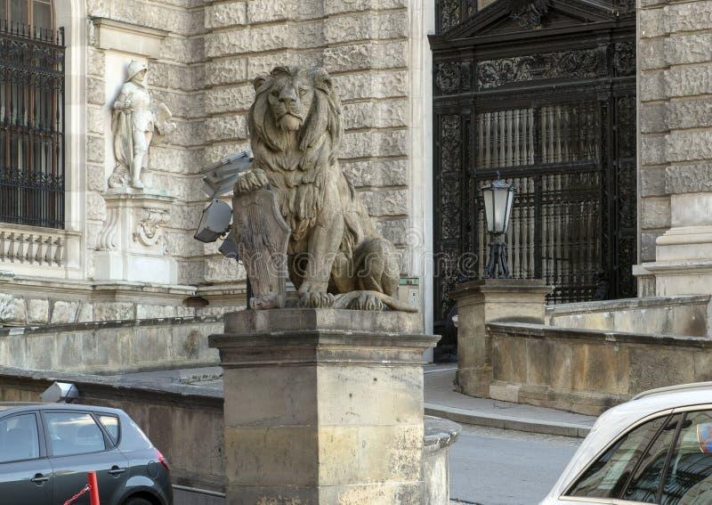 De Leeuw van het steenbeeldhouwwerk met Schild, Neue Burg of New Castle, Wenen, Oostenrijk royalty-vrije stock afbeelding