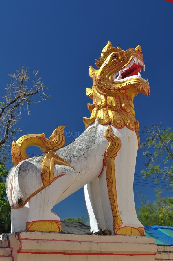 De Leeuw voor de tempel. stock afbeeldingen