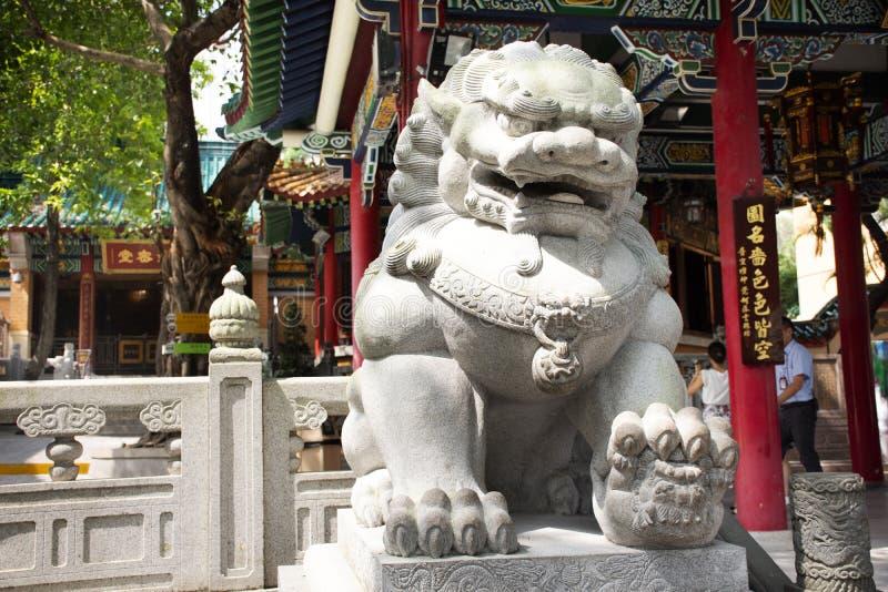 De leeuwbeschermer van de beeldhouwwerksteen bij ingang van Wong Tai Sin Temple in Kowloon in Hong Kong, China royalty-vrije stock foto