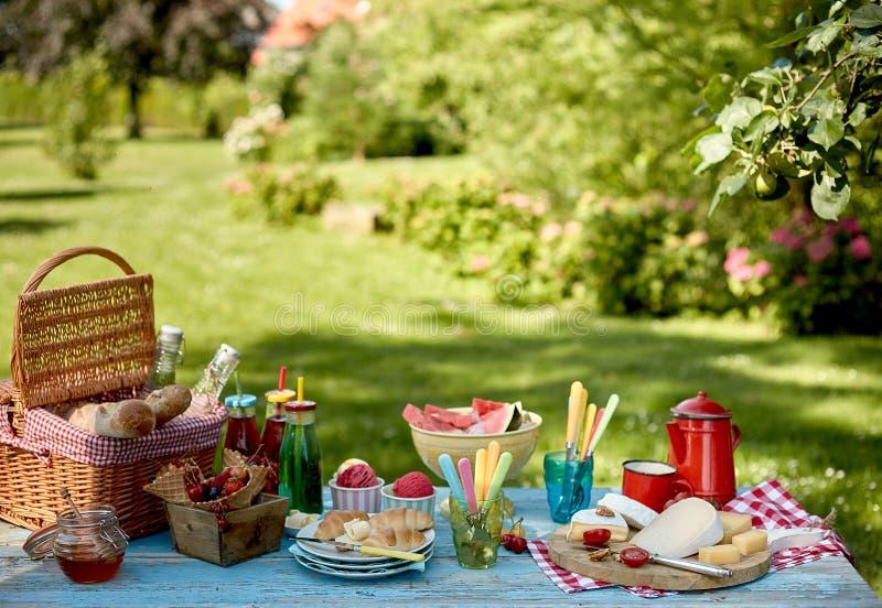 De lege achtergrond van het de zomerpark met picknick het plaatsen royalty-vrije stock afbeeldingen