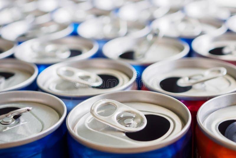 De lege aluminiumdrank blikt recyclingsachtergrond in stock afbeelding