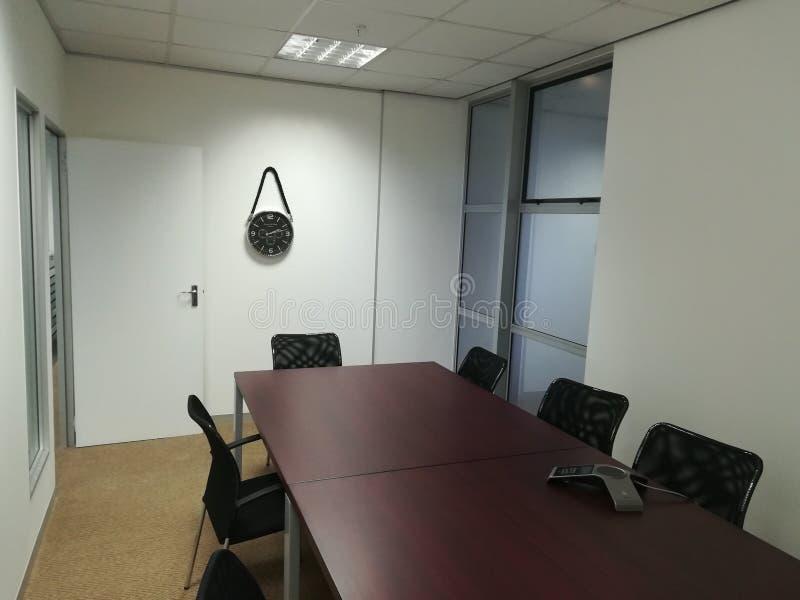De lege bureaubestuurskamer met stoelen en dient geen mensen in stock foto