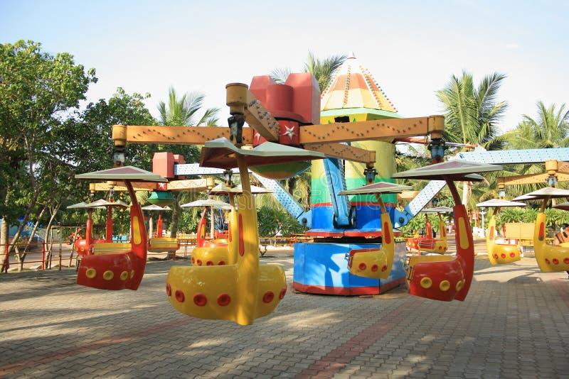 De lege Carrousel van de Rotatie van de Spin in een pretpark stock fotografie
