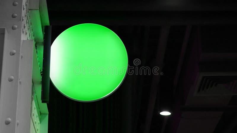 De lege cirkel verlichte wijzerplaat hangt aan muur stock afbeelding