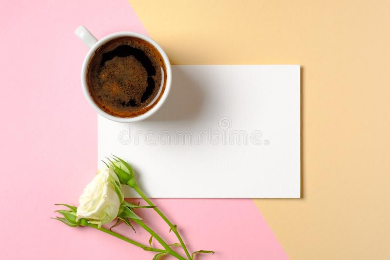 De lege document kaart met exemplaarruimte, kop van koffie en witte rozen bloeit op kleurrijke achtergrond Concept liefde, tederh stock afbeelding