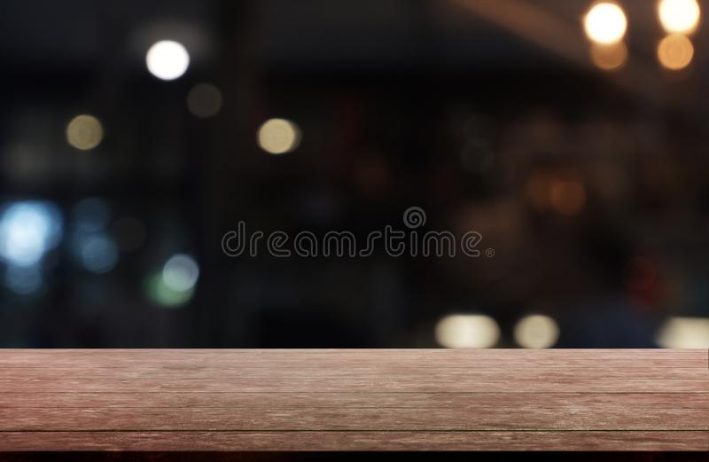 De lege donkere houten lijst voor samenvatting vertroebelde achtergrond van restaurant, koffie en koffiewinkelbinnenland kan word royalty-vrije stock foto