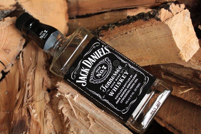 Nieuw Fles Van Jack Daniels Op Steenstrand Redactionele Stock Foto TU-13