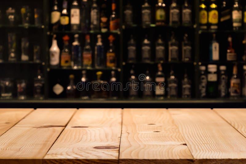 De lege houten barteller met defocused achtergrond en flessen van restaurant royalty-vrije stock afbeeldingen