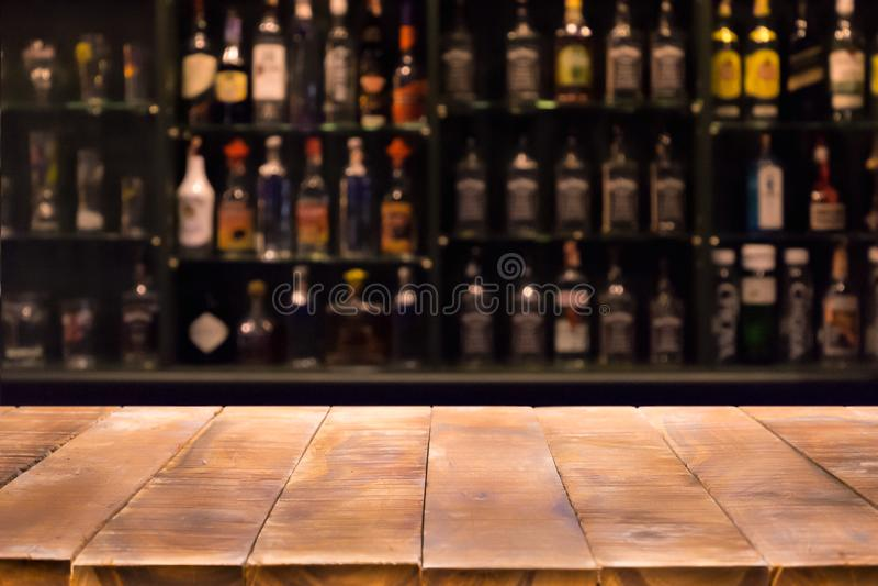 De lege houten barteller met defocused achtergrond en flessen van restaurant royalty-vrije stock fotografie