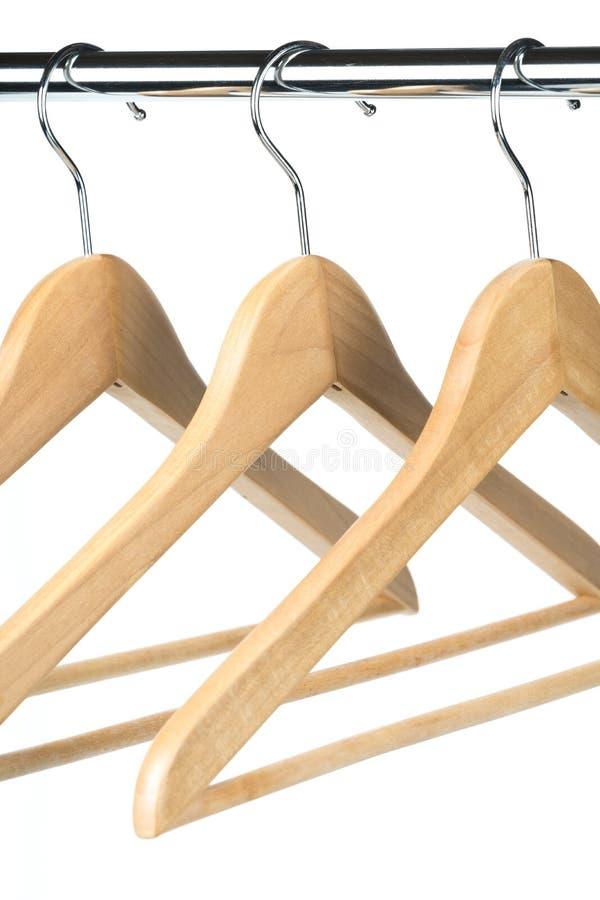 De lege houten kleerhangers op een chroom kleedt spoor royalty-vrije stock afbeelding