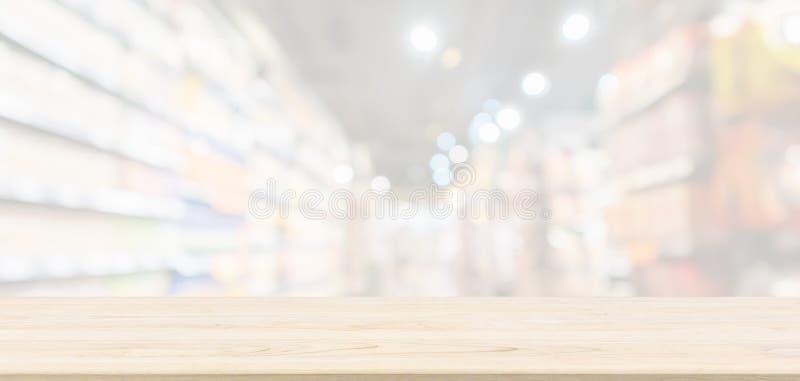 De lege Houten lijstbovenkant met vage de opslag van de supermarktkruidenierswinkel defocused achtergrond royalty-vrije stock foto's