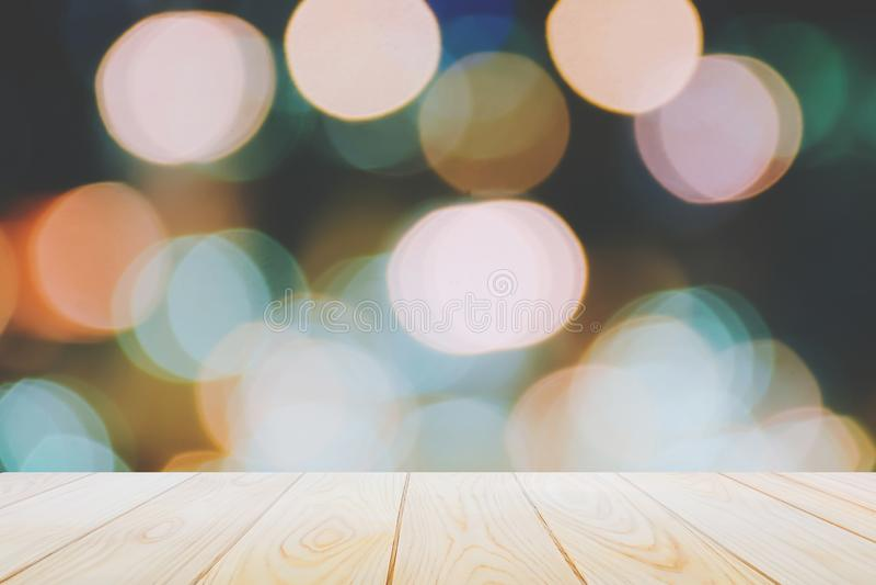 De lege houten lijstvloeren op abstracte kleurrijke bokehnacht steken achtergrond voor een feestelijke Kerstmisdecoratie aan royalty-vrije stock afbeeldingen