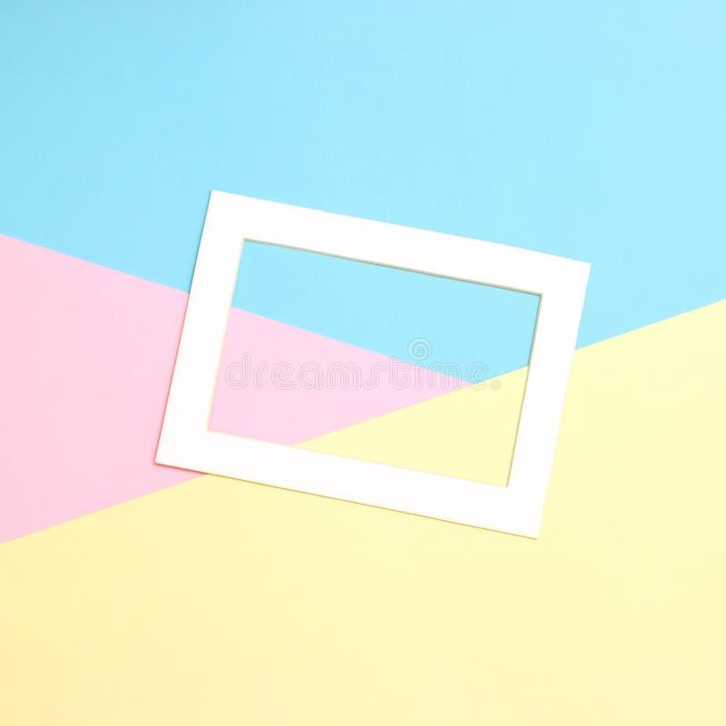 De lege kadervlakte legt op de achtergrond van de meetkundepastelkleur stock afbeeldingen