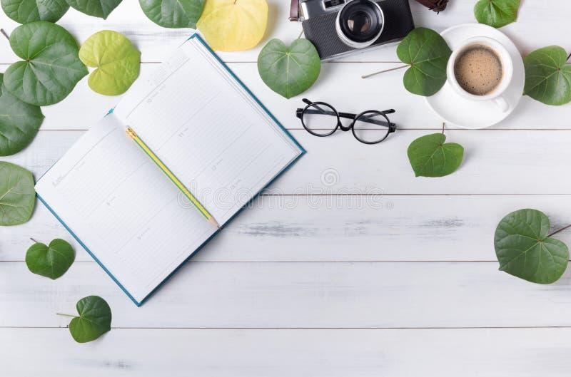 De lege kalender met hart vormde groene blad en koffie royalty-vrije stock foto