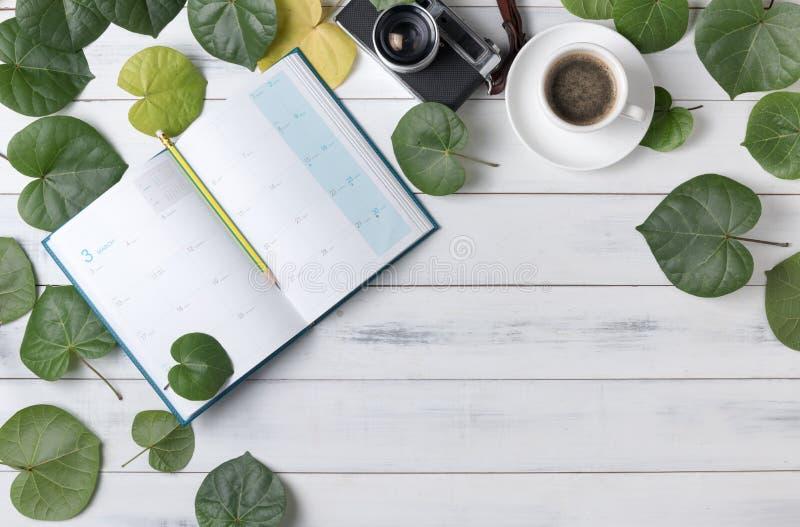 De lege kalender met hart vormde groene blad en koffie royalty-vrije stock fotografie
