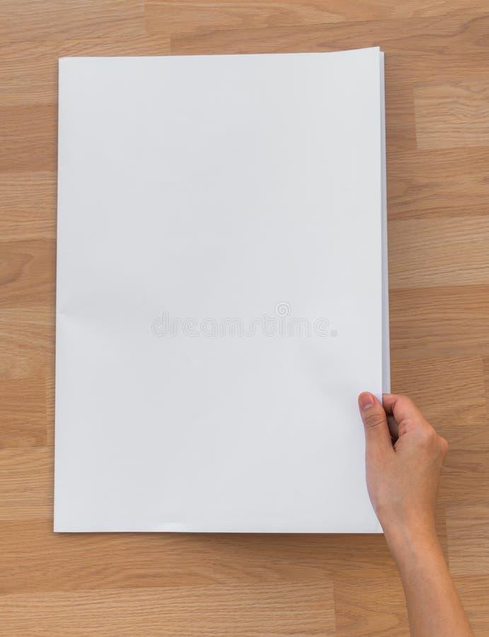 De Lege Krant van de handgreep met lege ruimtespot omhoog op hout backg stock foto's