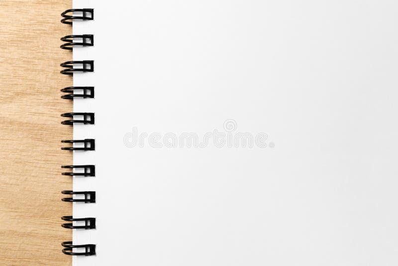 De lege pagina van het notaboek op hout stock afbeelding