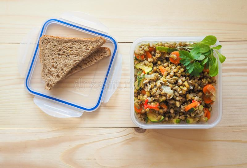 De lege plastic containers van de voedselopslag het concept opslag op lange termijn van producten stock fotografie