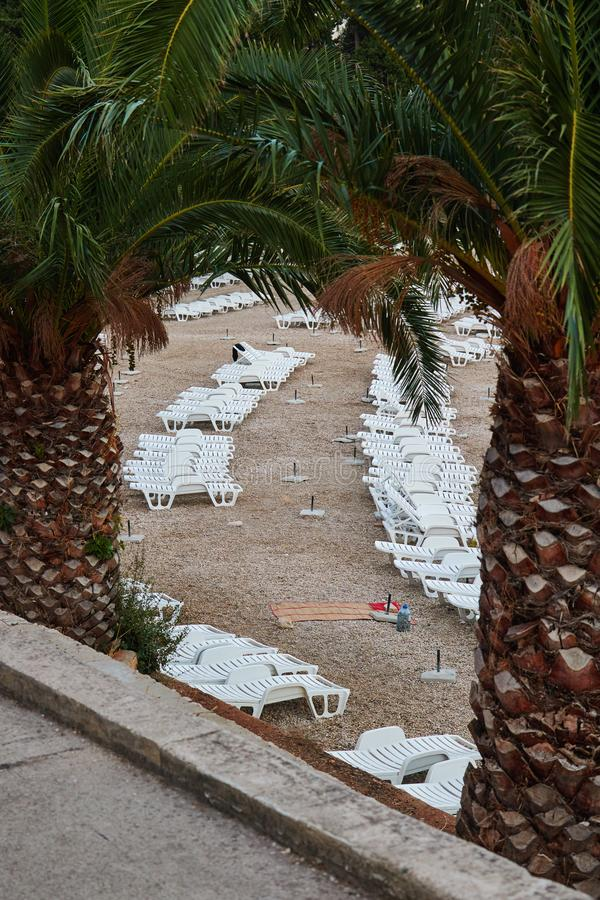 De lege plastic stoelen van de strandzitkamer royalty-vrije stock afbeelding