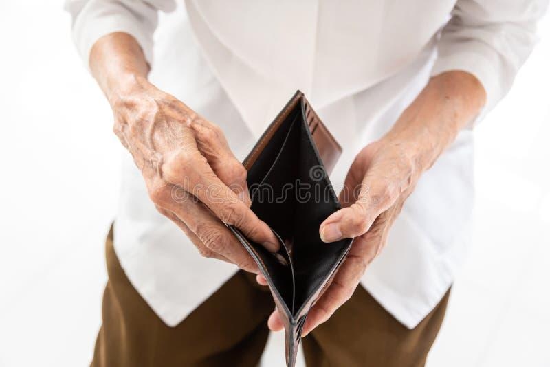 De lege portefeuille in de handen van Hogere Aziatische mensen in gerimpelde handen, Bejaardehanden opent een lege portefeuille o stock foto