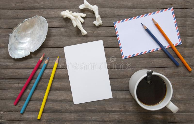 De lege prentbriefkaar en koffievlakte legt op rustieke houten achtergrond Verticaal prentbriefkaarmodel royalty-vrije stock foto's
