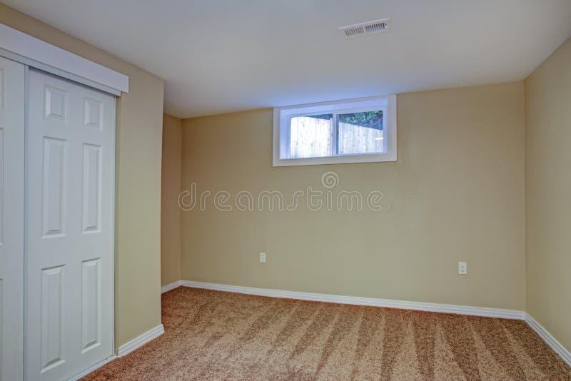 De lege ruimte, schuurt beige muren, tapijtvloer in een luxehuis stock fotografie