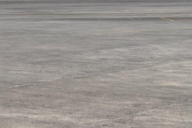 De lege ruimte van de asfaltluchthaven Het perspectieffoto van het Grungeasfalt Zonnige langzaam verdwenen grijze asfaltachtergro royalty-vrije stock afbeeldingen