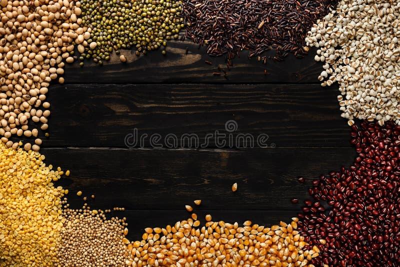 De lege ruimte van het graangewassenproduct op houten hoogste mening als achtergrond royalty-vrije stock afbeeldingen