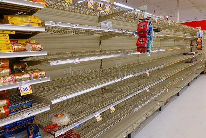 De lege supermarktplanken als woonplaats treffen voor Orkaan Irma voorbereidingen stock foto