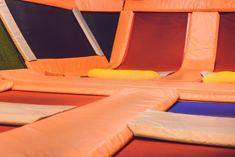De lege trampolines in de trampoline centreren Binnen stock foto