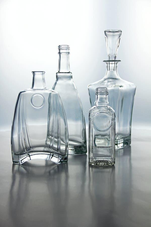 De lege transparante vormen van glasflessen stock afbeelding