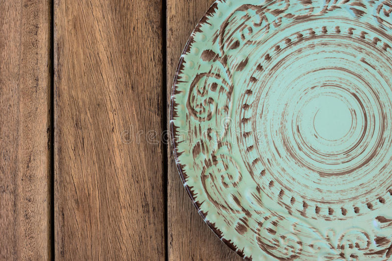 De lege uitstekende blauwe plaat op de houten vlakke mening van de lijstbovenkant, legt royalty-vrije stock afbeelding