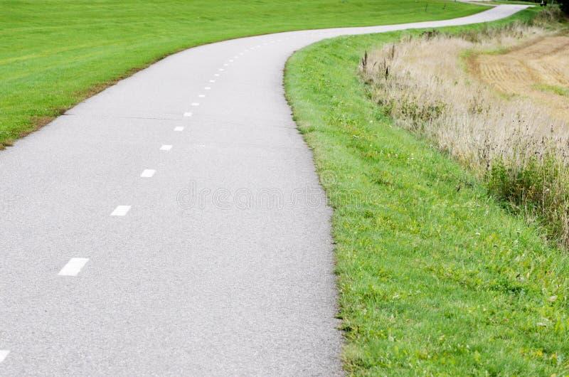 De lege weg van de asfaltfiets stock foto