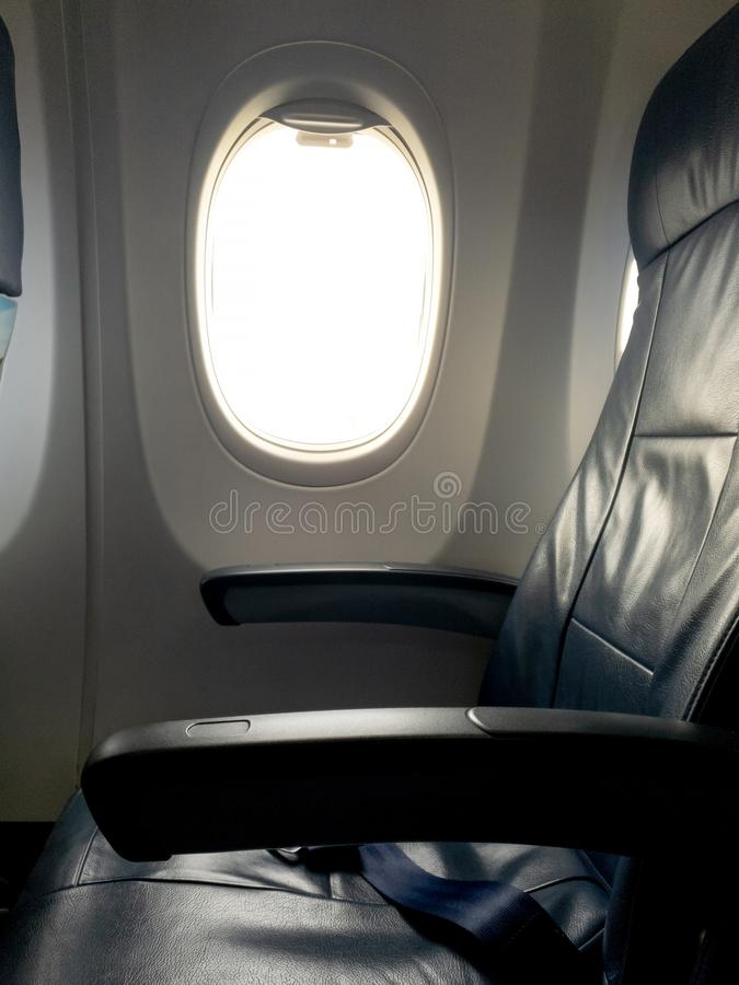 De lege zetels van het vliegtuigvenster in de cabine uit de toeristenklasse stock afbeelding
