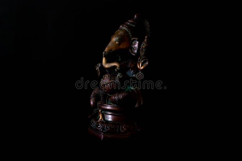 De legeringsstandbeeld van het Ganeshametaal op zwarte achtergrond stock foto
