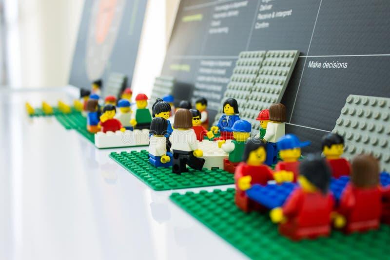 De Legozaken komen op kantoor samen het groepswerk plant en werkt sluit omhoog op minivoorwerp royalty-vrije stock foto's