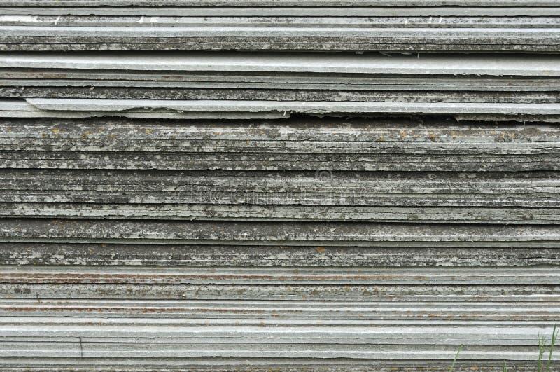 De lei van het tegeldak voor gebruik in huisbouw die wordt gestapeld De leien van het bouwasbestcement Stapel van ceramische patr royalty-vrije stock fotografie