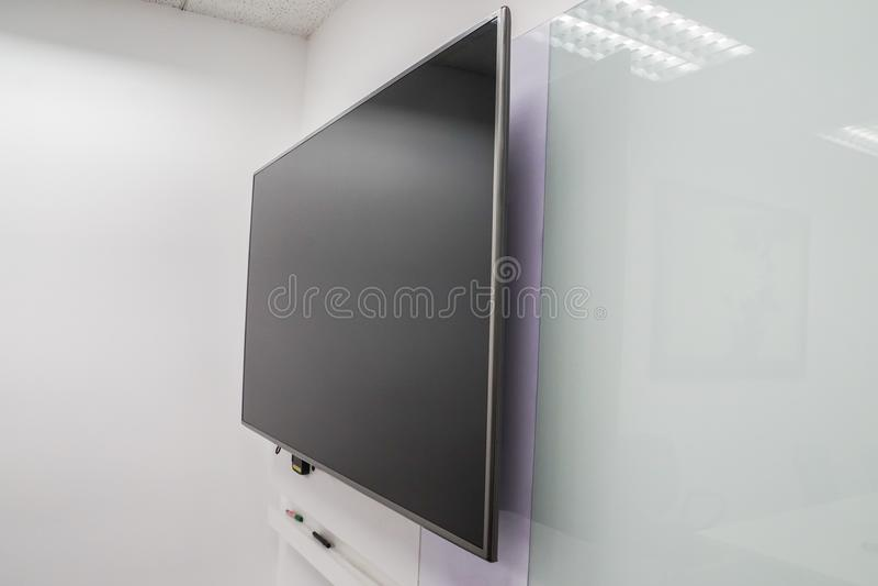 De LEIDENE het grote televisiescherm van Internet met whiteboard in bestuurskamer royalty-vrije stock afbeeldingen