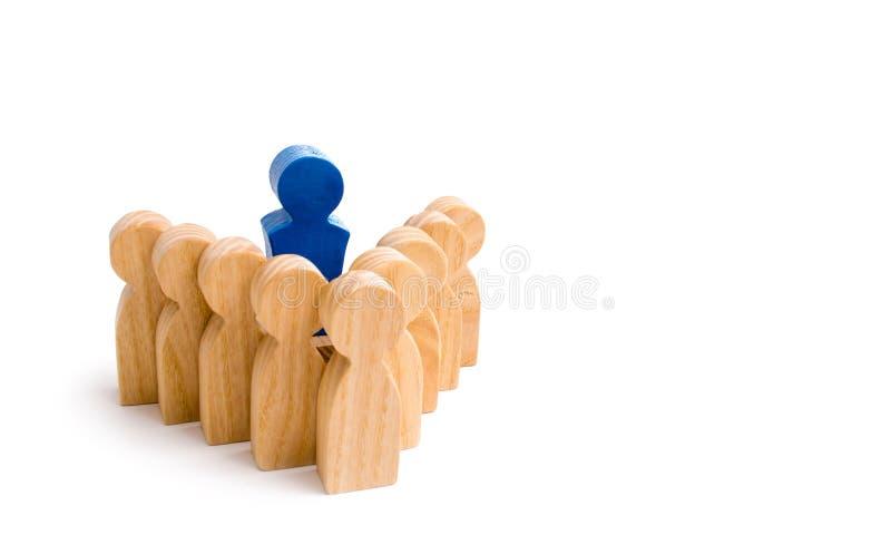 De leider bevindt zich in het hoofd van de vorming van het team en leidt de groep Bedrijfsstrategie, groepswerk stock afbeelding