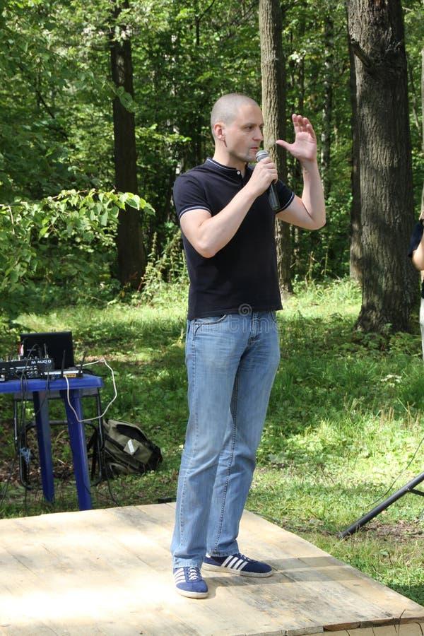 De leider van Linker voorsergei udaltsov op een vergadering van activisten in het Khimki-bos stock foto
