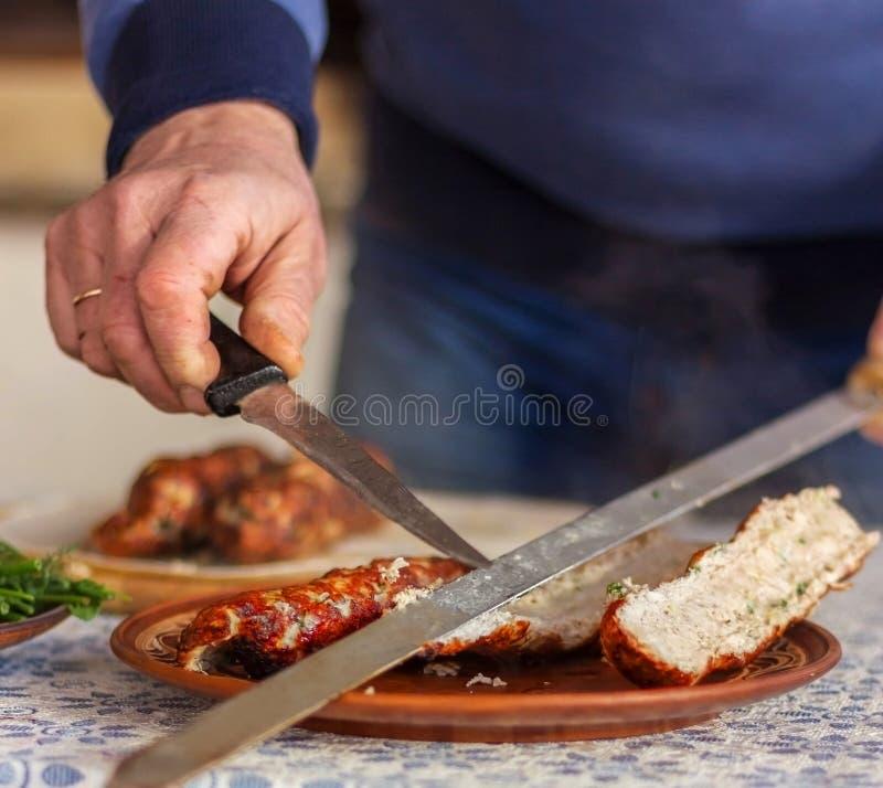 De leider zet op een plaat van kebabs stock foto