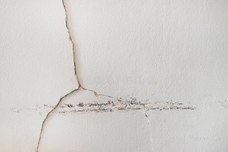De lekken van het regenwater op het plafondplafond die schade, tegels en gips veroorzaken schepen in stock afbeeldingen