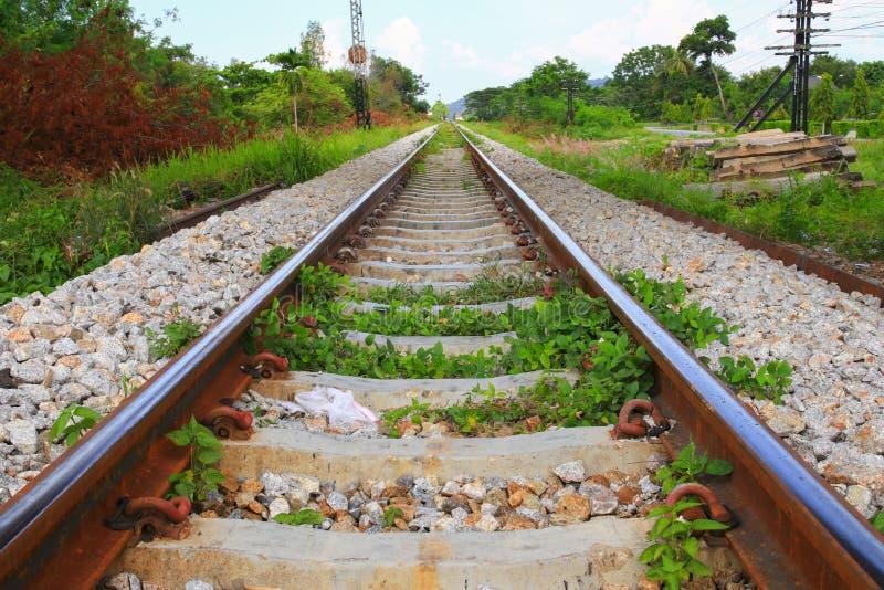 De lengte van het spoorwegspoor op grint voor treinvervoer: Selecteer nadruk met ondiepe diepte van gebied: royalty-vrije stock afbeeldingen