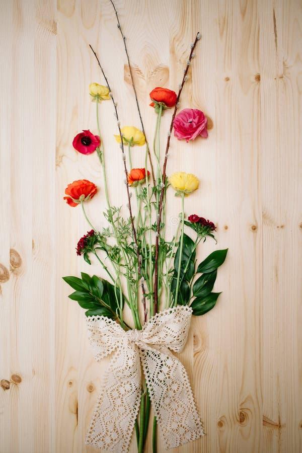 De lente bloeit anemonen en wilg op een houten die achtergrond met kantlint wordt gebonden stock afbeeldingen