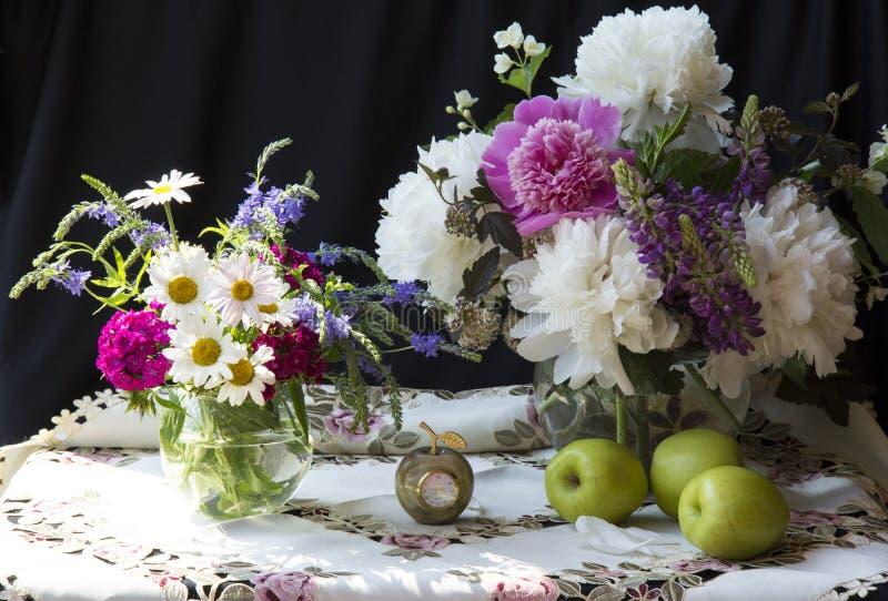 De lente bloeit pioenen royalty-vrije stock afbeelding