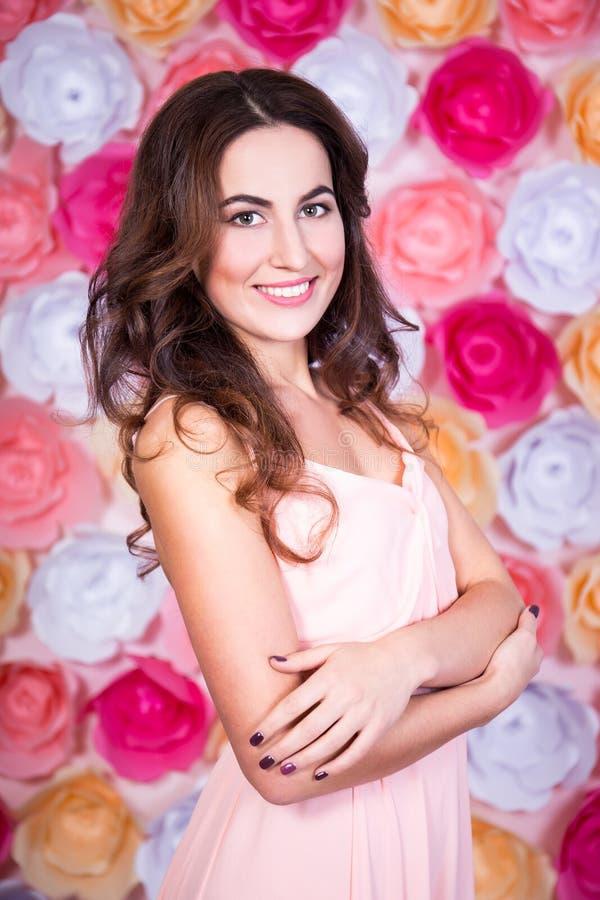 De lente en de zomerconcept - portret van jonge mooie vrouw ov royalty-vrije stock afbeeldingen