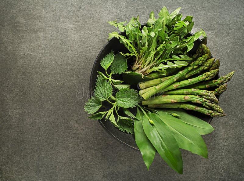 De lente gezond voedsel met de paardebloem van de aspergenetel en wild knoflook stock fotografie