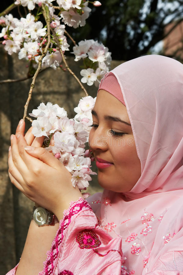 De lente in haar handen royalty-vrije stock foto